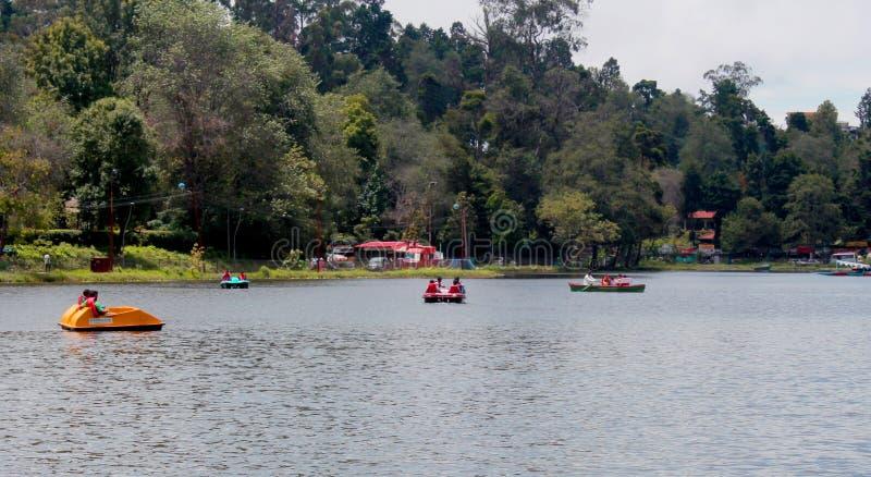 Objeżdża ludzi wodniactwo przy kodaikanal jeziornym pobliskim łódkowatym domem obraz stock