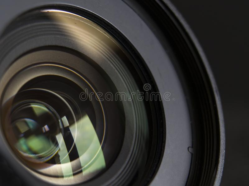 Objectif de caméra en gros plan et fond noir photo stock