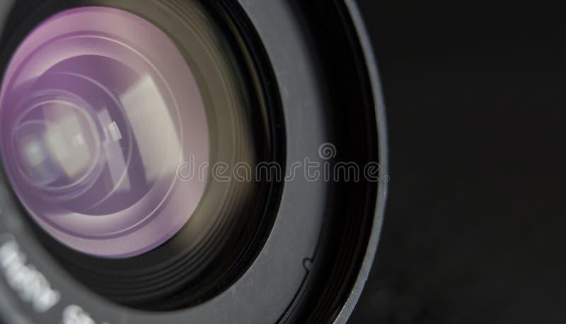 Objectif de caméra en gros plan et fond noir image stock