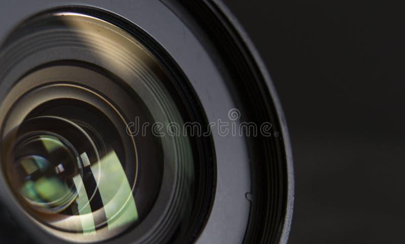 Objectif de caméra en gros plan et réflexion noire de fond photos libres de droits