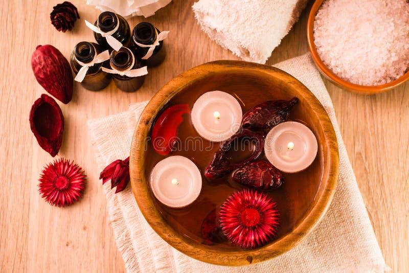 Objekt för brunnsortbehandlingar Stearinljus, nödvändiga oljor, vatten, blommor, salt hav och handdukar royaltyfri fotografi