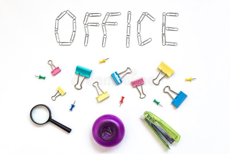 Objet de bureau Le bureau de mot, s'est fan? sur un fond blanc avec des agrafes de papeterie en m?tal Le concept du travail de bu images libres de droits
