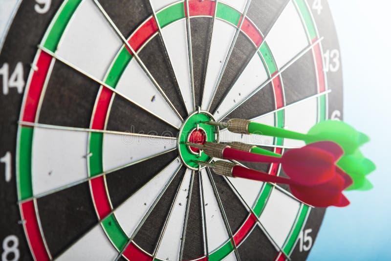 Objetivo con las flechas en el centro Golpee la blanco fotografía de archivo