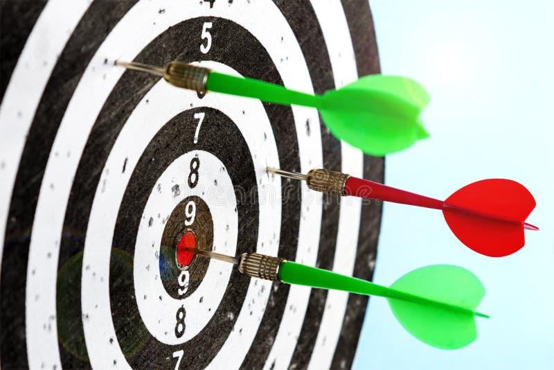 Objetivo con las flechas en el centro Golpee la blanco foto de archivo libre de regalías