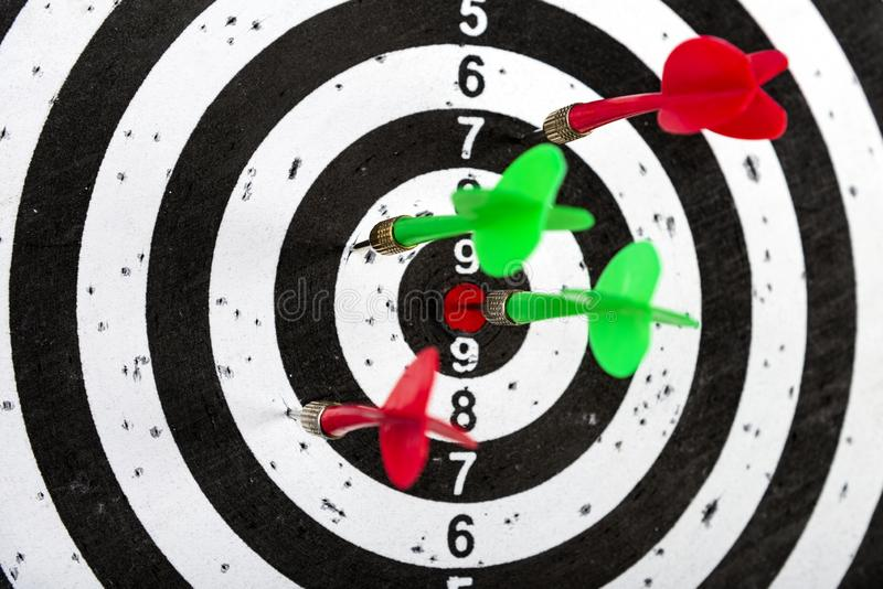 Objetivo con las flechas en el centro Golpee la blanco imagen de archivo libre de regalías