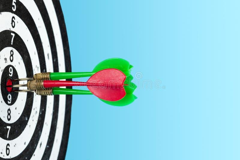 Objetivo con las flechas en el centro Golpee la blanco Espacio para el texto fotografía de archivo libre de regalías