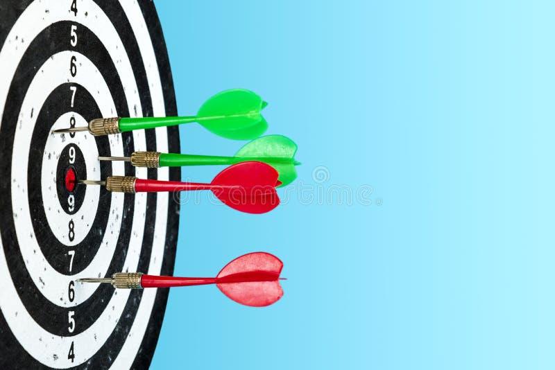 Objetivo con las flechas en el centro Golpee la blanco Espacio para el texto imagen de archivo