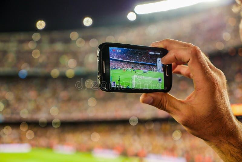 Objetivo da gravação da equipa de futebol do suporte com câmera do telefone celular fotografia de stock royalty free