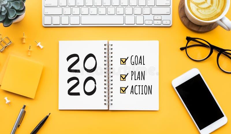 Objetivo do ano 2020,plano,texto de ação no bloco de notas com acessórios de escritório Motivação dos negócios, conceitos de insp imagem de stock royalty free