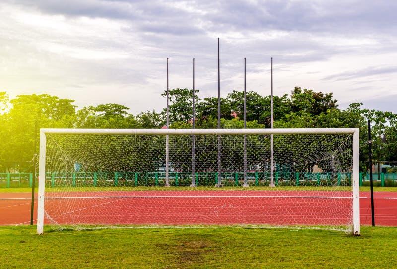 Objetivo do futebol com, pista de atletismo vermelha no estádio, pista de atletismo imagem de stock