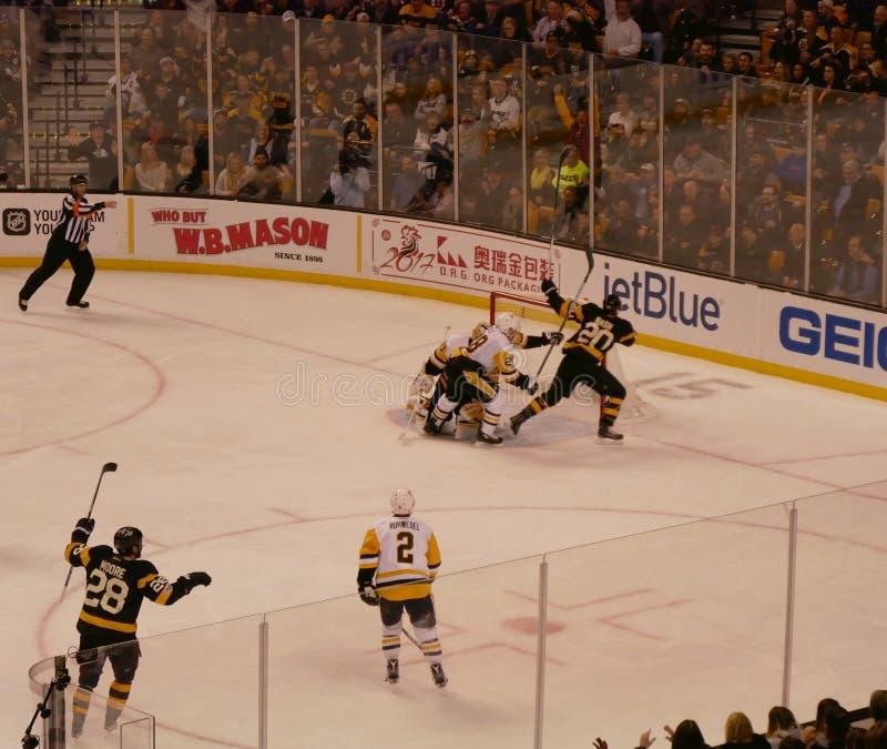 Objetivo do hóquei em gelo dos Bruins imagens de stock royalty free