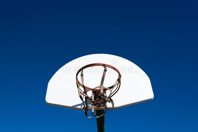 Objetivo exterior do basquetebol no parque imagem de stock royalty free