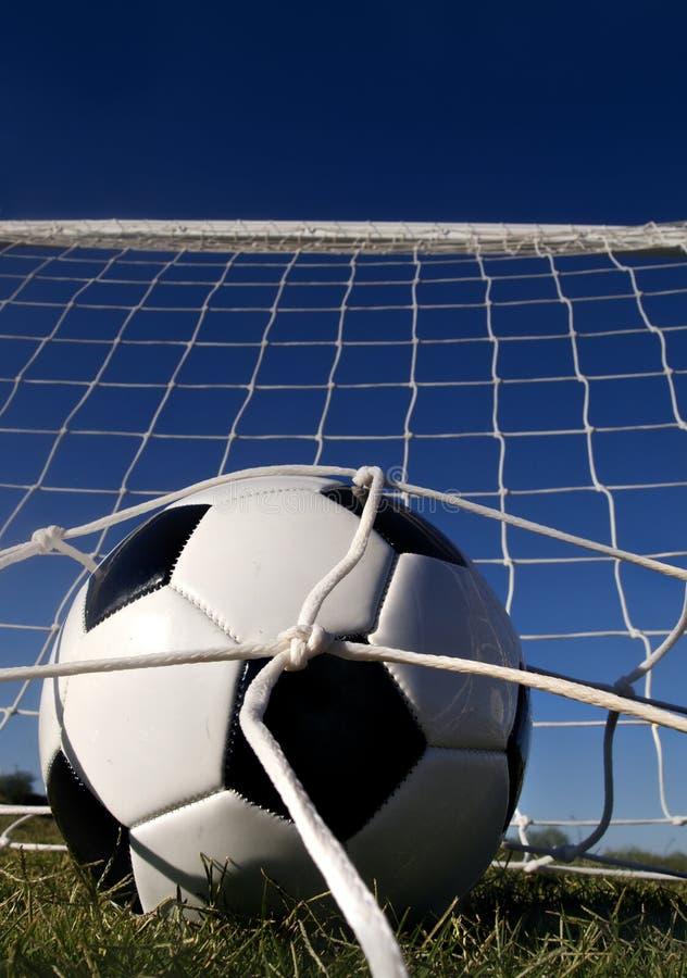 Objetivo! Futebol na parte traseira da rede! foto de stock