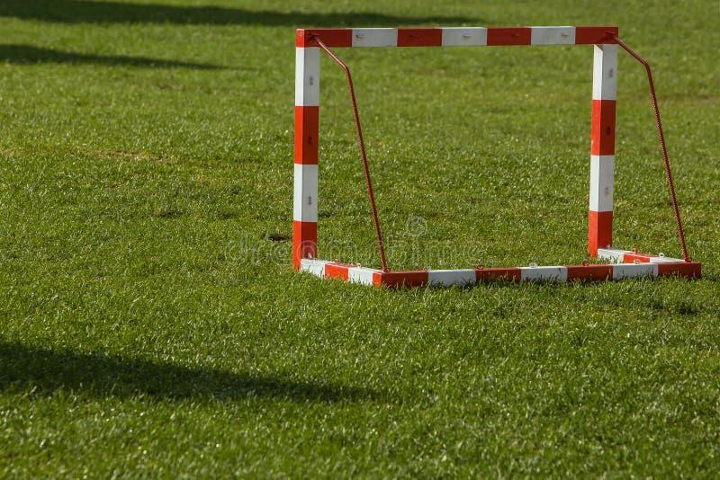 Objetivo pequeno do futebol em um campo aberto imagem de stock