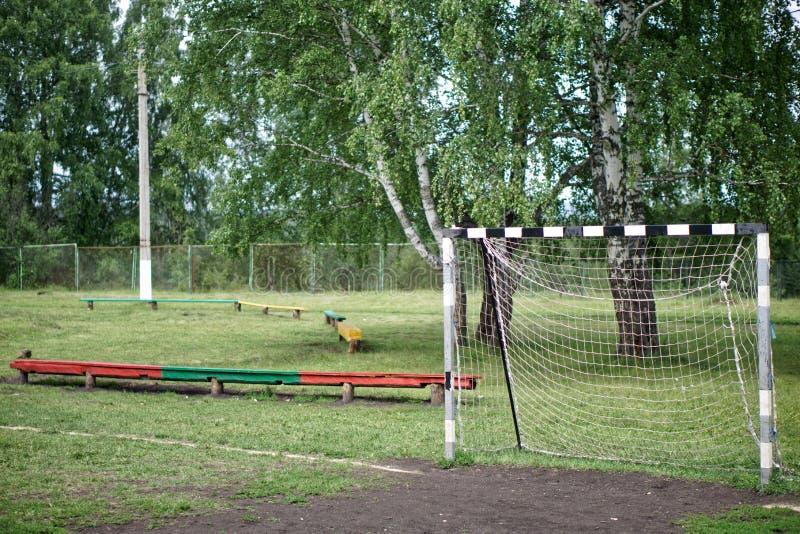 Objetivo velho do futebol em um estádio da rua em um acampamento das crianças do país Base de treinamento imagens de stock royalty free