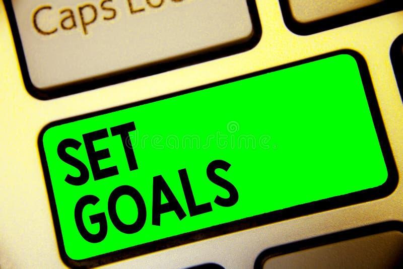 Objetivos ajustados do texto da escrita da palavra Conceito do negócio para definir ou conseguir algo no futuro baseado na chave  fotografia de stock