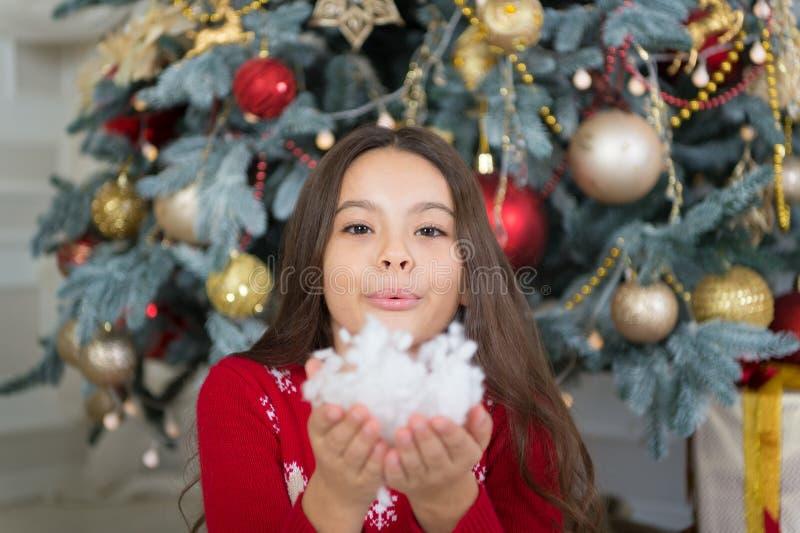 Objetivos novos do ano novo Menina bonito da criança pequena com presente do xmas a menina feliz comemora o feriado de inverno Te fotos de stock royalty free