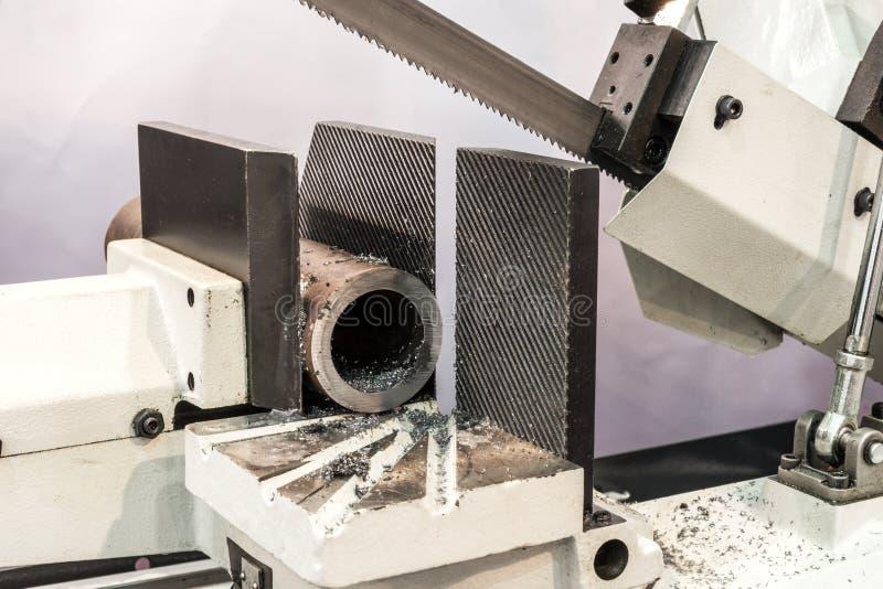 Objeto automático del metal del sawing de la sierra de cinta fotografía de archivo libre de regalías