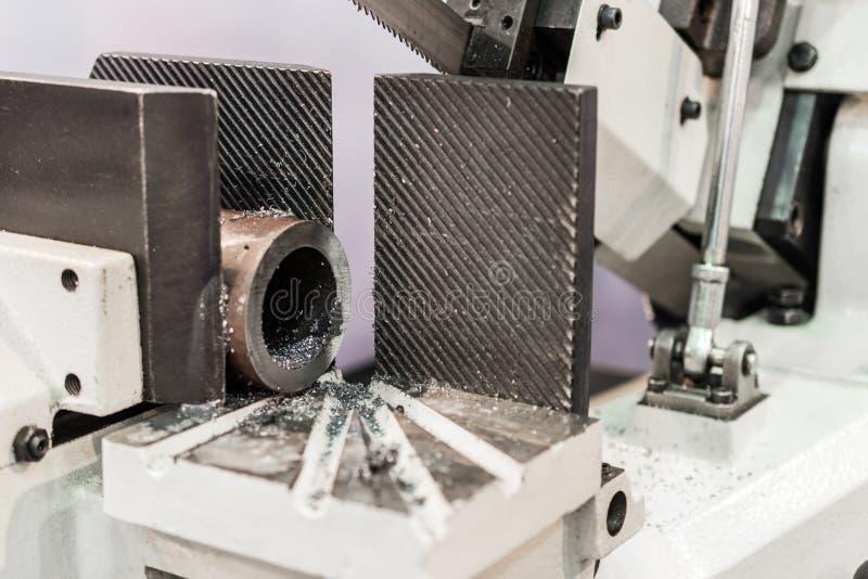 Objeto automático del metal del sawing de la sierra de cinta fotos de archivo libres de regalías