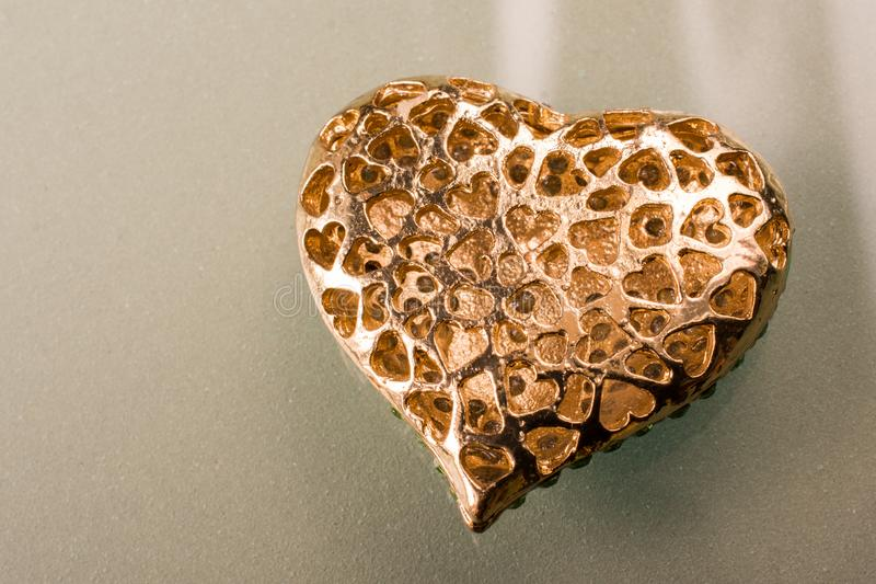 Objeto dado forma coração da cor do ouro na vista imagem de stock