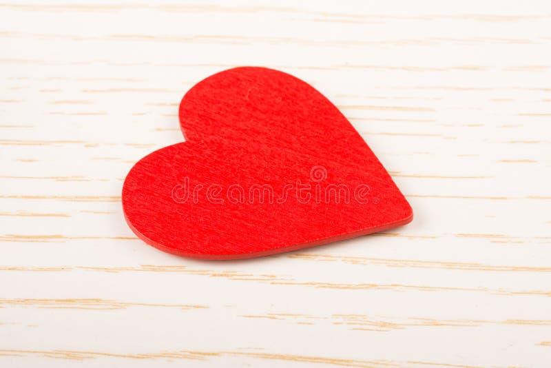 Objeto dado forma coração da cor vermelha na vista imagem de stock