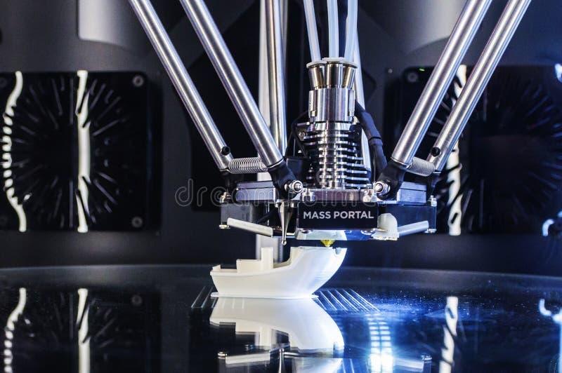 Objeto de la impresión en la impresora 3D fotos de archivo libres de regalías