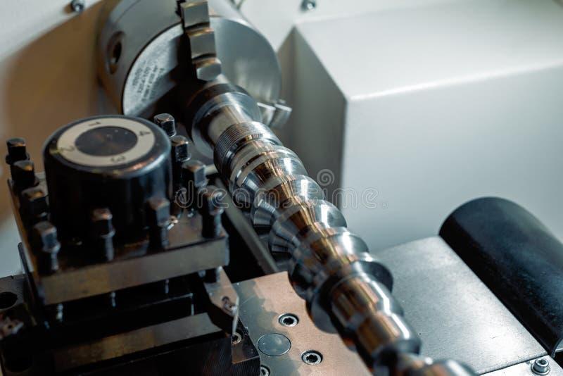 Objeto del metal afianzado con abrazadera en la máquina del CNC de la tirada del torno imagenes de archivo