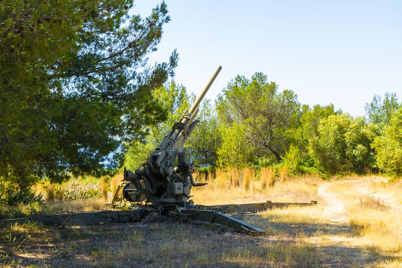 Objeto expuesto al aire libre libre de las armas viejas de la defensa aérea en el museo militar del casttle de San Carlos, Palma, fotografía de archivo libre de regalías