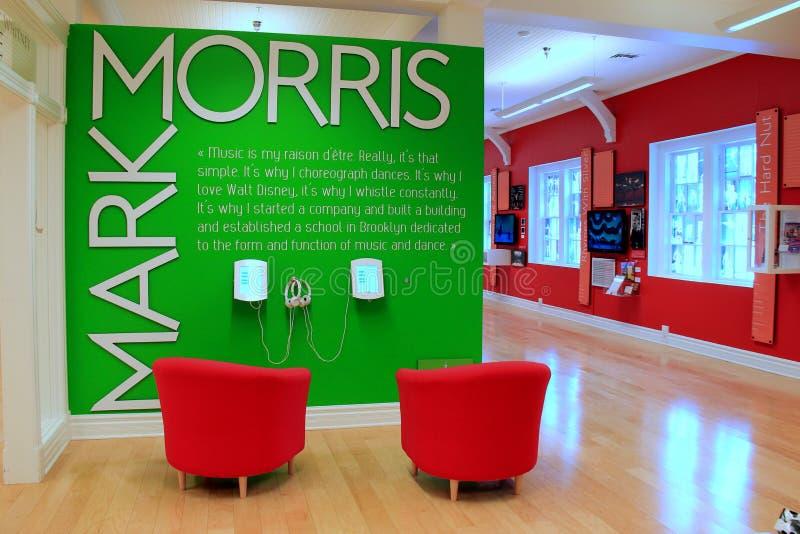 Objeto expuesto colorido, con las sillas y los altavoces a escuchar el audio el la vida de Mark Morris de la danza, museo de la d imagenes de archivo