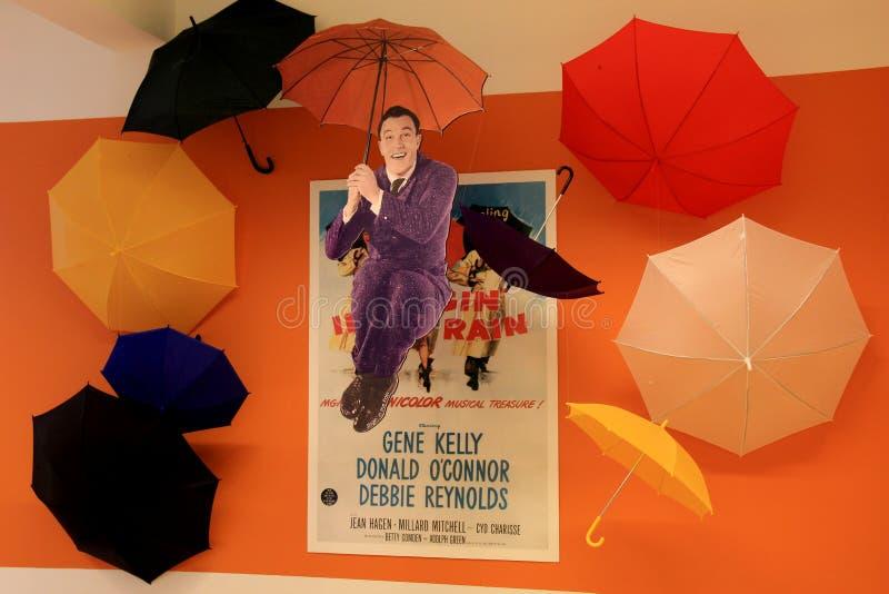Objeto expuesto de la lluvia de Gene Kelly 'cantando en', Museo Nacional de la danza y salón de la fama, Saratoga, Nueva York, 20 fotos de archivo