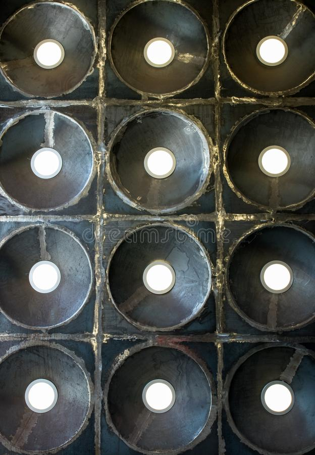 Objeto redondo inusual con los rayos de divergencia Foto vuelta a trabajar del primer del accesorio de iluminación de la lámpara  fotos de archivo