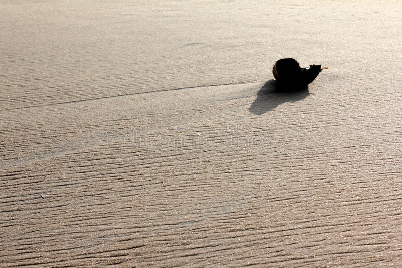Objeto solitário na areia imagens de stock