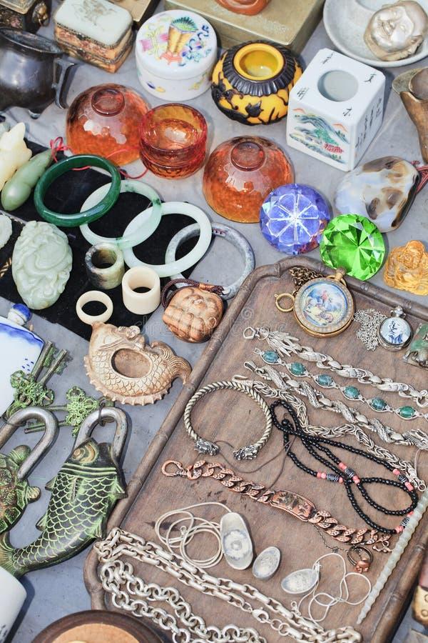 Objetos antiguos exhibidos en el mercado de Panjiayuan, Pekín, China imagen de archivo libre de regalías