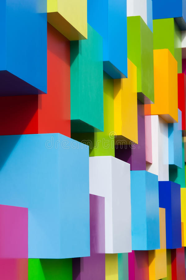 Objetos arquitetónicos coloridos abstratos Blocos brancos do amarelo do verde violeta do vermelho azul com variação diferente das foto de stock