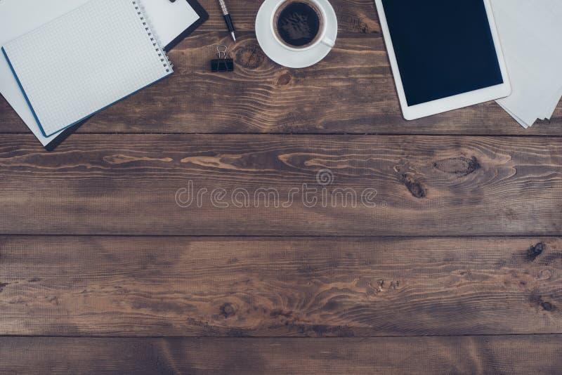 Objetos comerciales aislados en la tabla de madera de la oficina foto de archivo