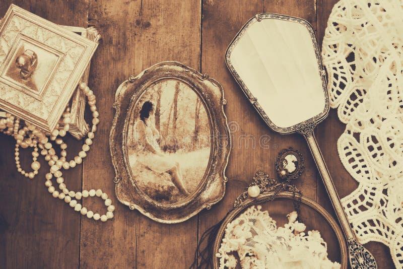 Objetos da forma do toalete do vintage ao lado do quadro da foto fotos de stock royalty free