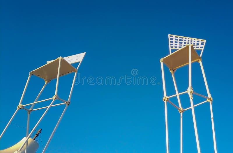 Objetos da praia do fundo contra o c?u azul imagem de stock