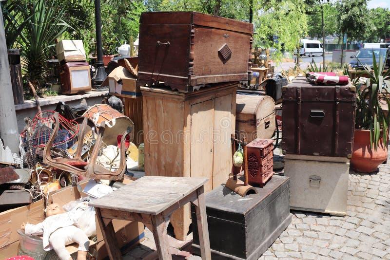 Objetos de época en el mercadillo al aire libre, Estambul, Turquía imagen de archivo