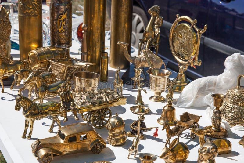 Objetos de bronze da segunda mão para a coleção na venda de garagem foto de stock royalty free
