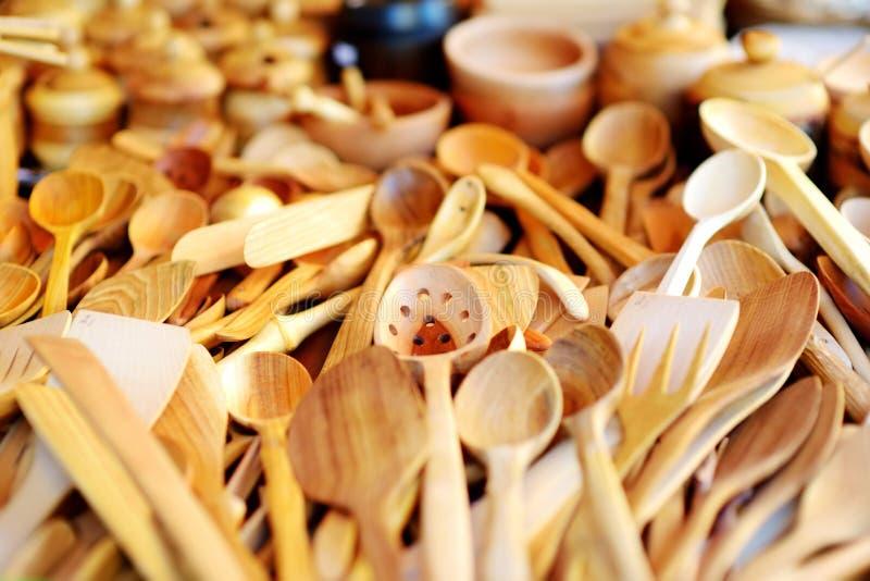 Objetos de cozinha e decoração de madeira vendidos no mercado de Páscoa em Vilnius, Lituânia foto de stock