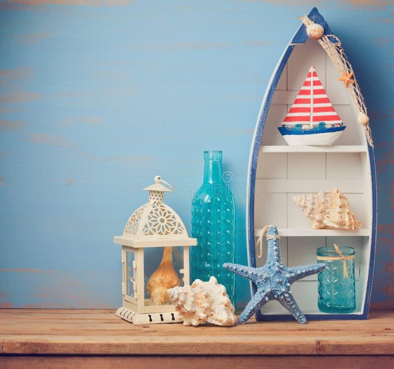 Objetos de la decoración de la casa de verano en la tabla de madera Fondo del interior del verano fotos de archivo libres de regalías