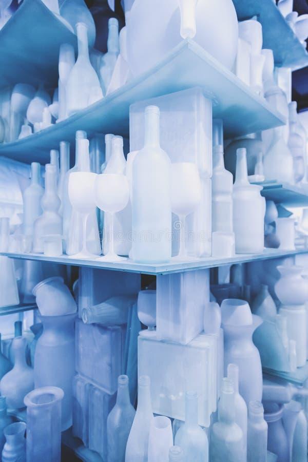 Objetos de vidro nas prateleiras de vidro imagens de stock royalty free