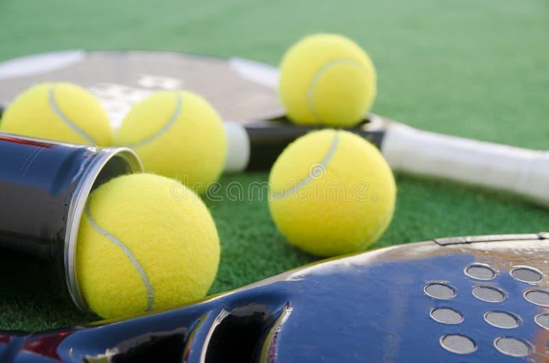 Objetos del tenis de la paleta en césped fotos de archivo