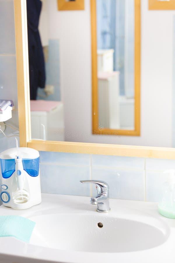 Objetos, dissipador e espelho do banheiro fotografia de stock royalty free