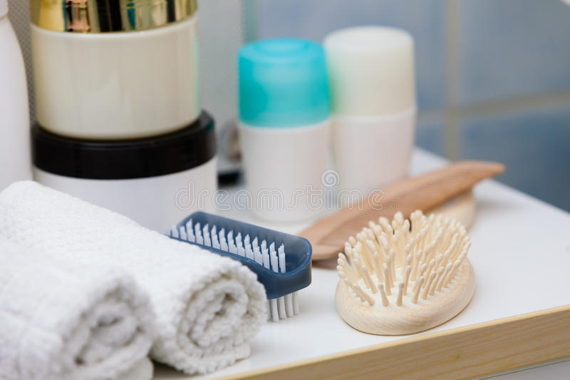Objetos do banheiro As esponjas, escovas, toalhas e desnatam fotografia de stock royalty free
