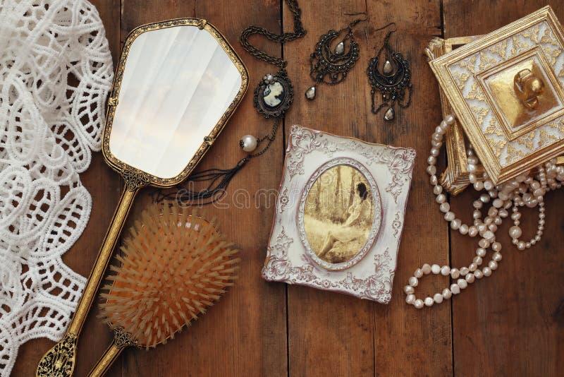 Objetos do toalete da mulher do vintage ao lado da fotografia velha fotografia de stock