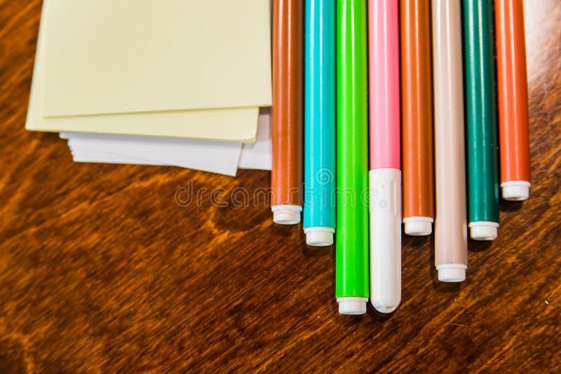 Objetos dos artigos de papelaria coloridamente do escritório e da arte na tabela de madeira fotografia de stock