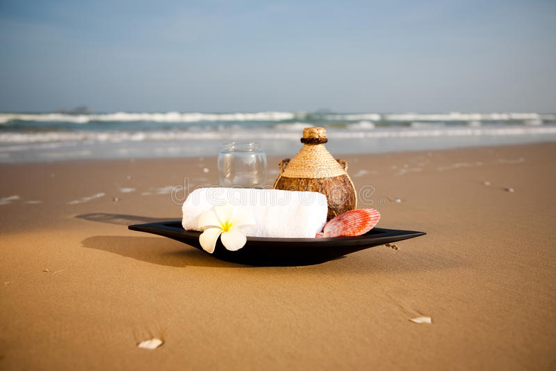 Objetos dos TERMAS na praia foto de stock