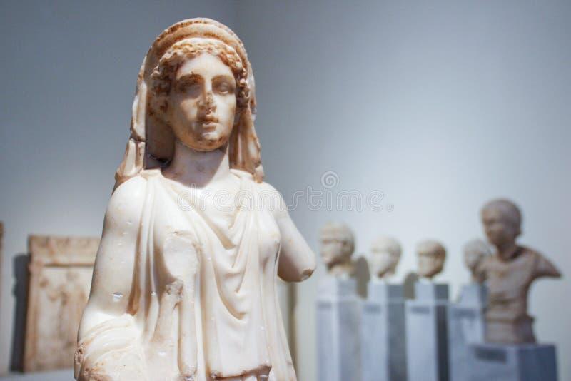Objetos expuestos de la acrópolis en el museo de Atenas Grecia imagen de archivo libre de regalías
