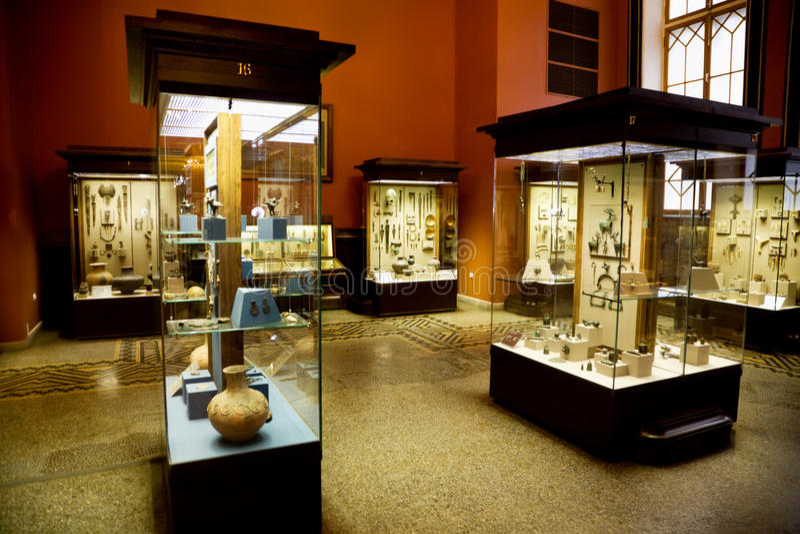 Objetos expuestos del museo de reliquias antiguas en los casos de cristal imagenes de archivo
